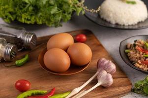 drei Hühnereier mit Knoblauch, Tomaten und Chili