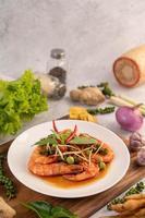 Chu-Chi-Garnelen auf einem Teller mit frischen Pfeffersamen