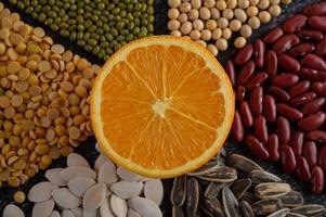 Hülsenfrüchte mit einem Orangenschnitt in zwei Hälften