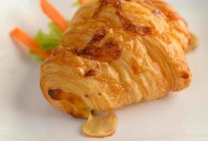 Croissant mit Hot Dog Vorspeise auf weißem Teller