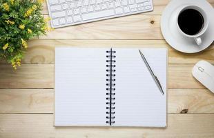 Öffnen Sie das Notizbuch auf einem Schreibtisch