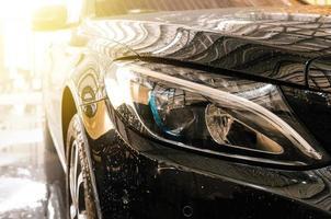 schwarzes Auto wird gewaschen foto