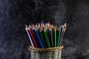 Buntstifte in einem Federmäppchen, selektiver Fokus