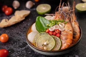 Tom Yum Suppe mit Garnelen und Krabben mit Limette, Chili, Tomate und Knoblauch foto