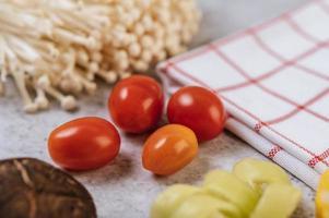 Tomaten und Mais mit Pilzen foto