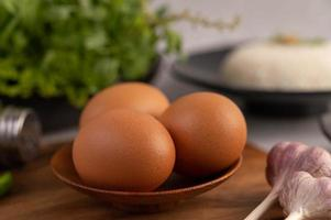 drei Hühnereier auf einem Teller mit Knoblauch