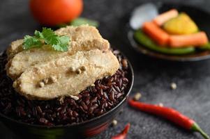 Gegrillte Hähnchenbrust mit Paprika auf reifen lila Reisbeeren