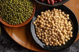 Mungobohnen, rote Bohnen und Sojabohnen auf einem schwarzen Zementbodenhintergrund