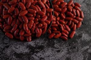 rote Bohnen mit Wasserspray auf Zementhintergrund