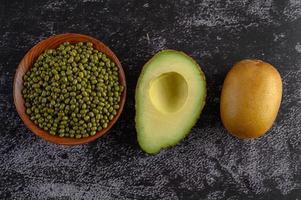 Mungobohne, Avocado und Kiwi auf einem schwarzen Zementbodenhintergrund