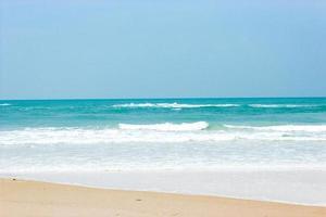 Meereswellen an einem Strand foto