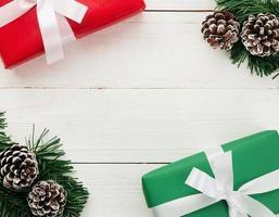 Weihnachtsgeschenke und Dekor auf weißem Holz