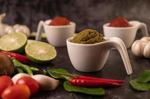 grüne Curry-Paste in einer weißen Keramikschale