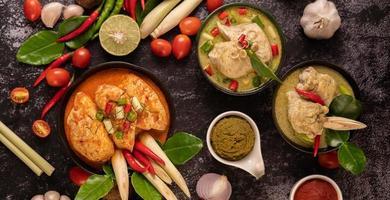 Hühnchen-Curry in einer Schüssel mit Zitronengras-Limette, Tomaten und Knoblauch
