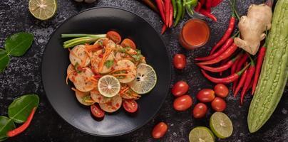 vietnamesischer Schweinswurstsalat mit Chili, Zitrone, Knoblauch und Tomate foto