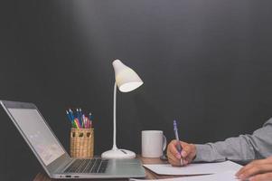 Geschäftsperson, die am Schreibtisch arbeitet