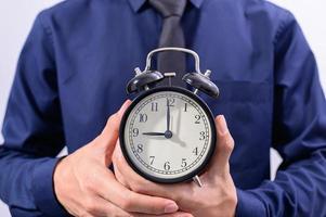 Profi hält eine Uhr