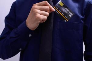 Mann, der eine Kreditkarte in eine Tasche steckt