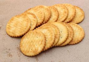Cracker auf braunem Papier