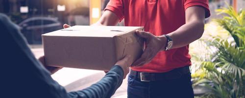 Zusteller, der dem Kunden das Paket gibt