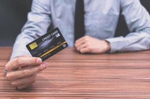 Mann mit einer Kreditkarte