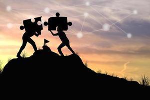 zwei Personen, die Puzzleteile zusammenfügen