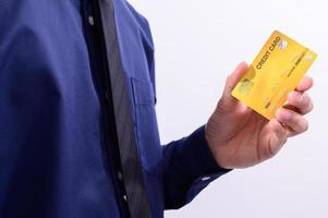 Mann hält eine gelbe Kreditkarte