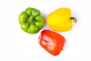 drei Paprika auf weißem Hintergrund