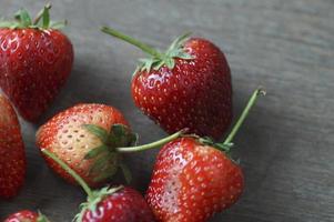 frische Erdbeeren auf Holztisch