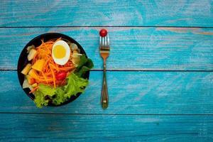 Gartensalat mit hart gekochtem Ei