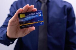 Mann hält blaue Karte