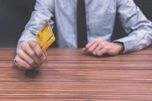 Mann hält Kreditkarte aus