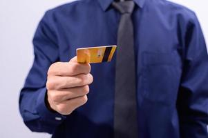 Mann hält gelbe Karte
