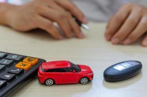 winziges Auto auf einem Schreibtisch foto