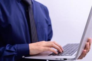 Person, die einen Laptop hält