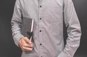 Person, die ein Notizbuch hält foto