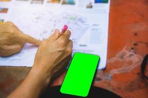 Telefon grüner Bildschirm in der Nähe einer Karte
