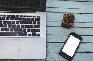 Laptop und Smartphone auf dem Tisch foto