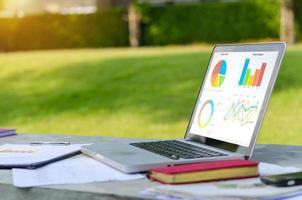 Grafiken auf einem Laptop-Bildschirm, arbeiten im Freien