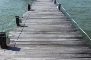 Holzbrücke auf dem Wasser