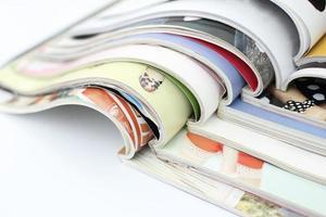 Stapel Zeitschriften auf weißem Hintergrund