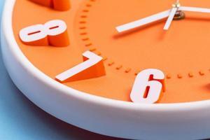 Nahaufnahme der orangefarbenen Uhr