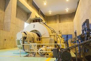Stromerzeuger an einem Damm foto