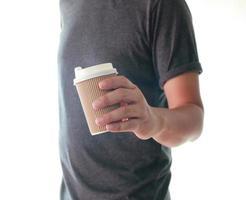 Mann hält To-Go-Tasse