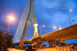 Rama VII Brücke in Bangkok in der Nacht