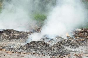 brennende Abfallverschmutzung in Thailand foto