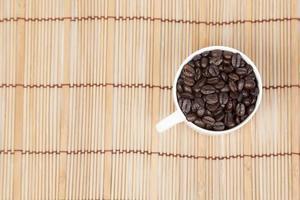 Kaffeebohnen in einer weißen Tasse