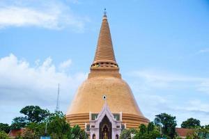 große goldene pagode in thailand foto