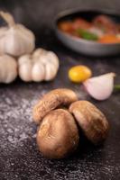 Shiitake-Pilze mit Knoblauch und roten Zwiebeln foto