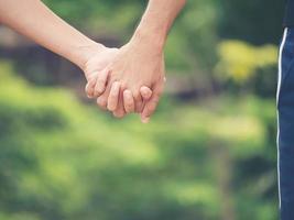 Bild eines Paares, das Hände zusammenhält